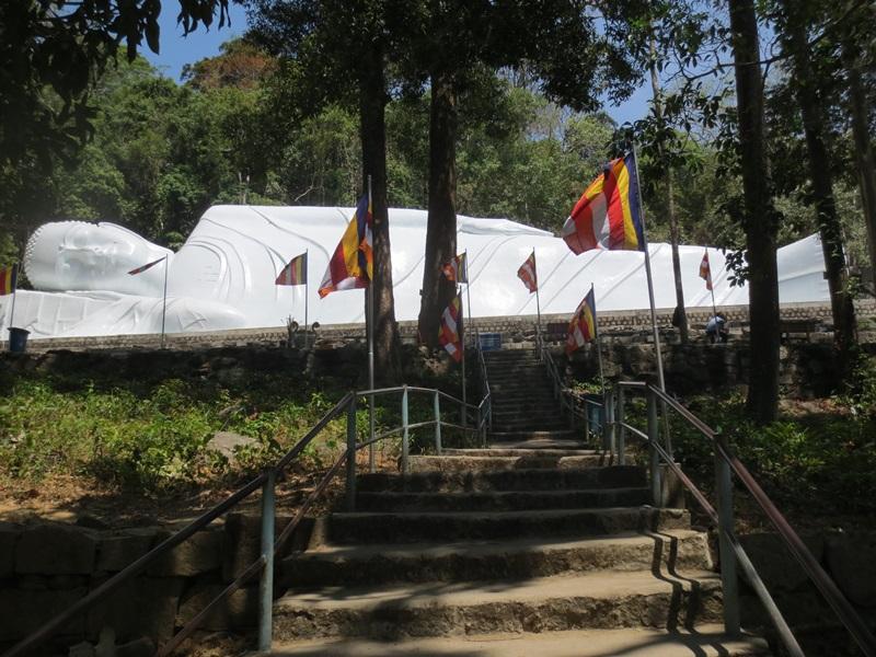 Tempel och liggande Buddha på Taku berget