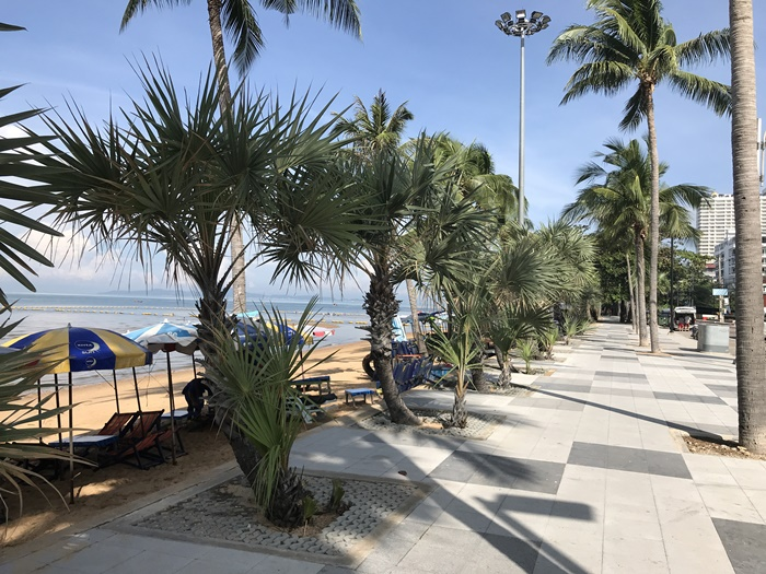 Morgonpromenad längs Jomtien Beach