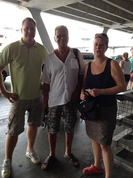 Jannica med familj och familjen Pekkarinen landar på Suvarnabhumi Airport